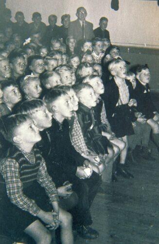ZUSCHAUENDE KLASSE FLACHSMEER 1953 ANNELIESE ZIMMERMANN NACHLASS OPPERMANN KL 327X500 1